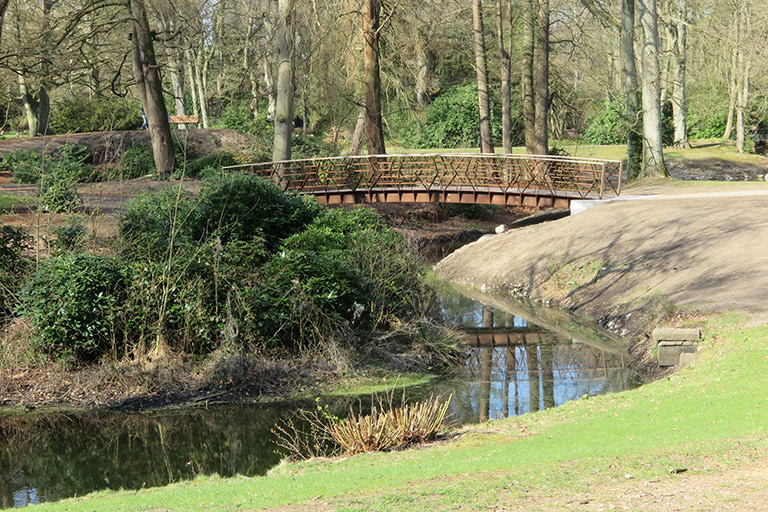 Fluss mit Brücke Ohlsdorf der Park
